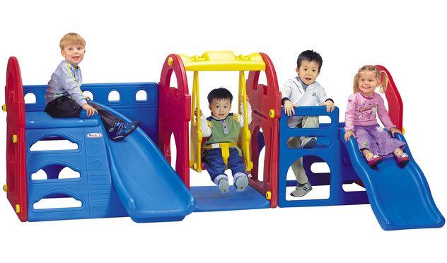 Haenim Toy Игровая зона КоролевствоИгровая зона КоролевствоДетская игровая зона Haenim Toy Королевство HN-710. Вы сами сможете увидеть, сколько радости и веселья доставит этот комплекс не только вашему ребенку, но и его друзьям. Игровая зона рассчитана на детей дошкольного возраста.  Наш игровой комплекс представляет собой оптимальное сочетание разнообразных видов игровой деятельности. Он включает в себя два вида горок (прямая и изогнутая), в стенках сделаны специальные ступеньки для лазания. Но несомненным плюсом является наличие подвесной качели любимым развлечением всех детей! Места на таком игровом комплексе хватит всем, и вашим малышам будет некогда скучать!  Какое требование к игровым элементам самое важное? Конечно же, безопасность и прочность. Вы видите, что наше игровое оборудование не имеет острых углов, торчащих болтов, кромок. Оно очень устойчиво.  У вас не возникнет сложностей во время сборки комплекса. И вам не составит труда установить его у себя на даче или на природе.  Игровой комплекс может подвергаться влажной обработке, поэтому совсем просто содержать его в чистоте.  Игровая зона Королевство Haenim toy HN-710, несомненно, станет лучшим приобретением для вашего ребенка! И вас всегда будет окружать радостный и веселый смех детворы!  Материал: Высококачественная пластмасса Размер: 1200*650*800<br>