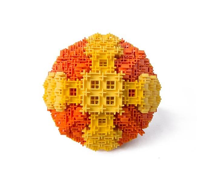 Конструктор Фанкластик Геометрика 470 деталейГеометрика 470 деталейНабор Геометрика предназначен для создания объемных геометрических фигур и объектов: Пирамиды шара Планетоида Фрактала моделей Фантазиусов, представляющих собой регулярные пространственные решетки. Этот набор идеально подходит для изучения некоторых школьных дисциплин, например, геометрии и математики и позволяет превратить любую плоскую фигуру в трёхмерную.  Набор Геометрика содержит наибольшее количество элементов, что позволяет создать уникальные, большие трехмерные фигуры любой пространственной ориентации.  Модели, собранные с помощью этого набора, в игре прекрасно сочетаются с остальными сериями ФАНКЛАСТИК. Пирамида может быть ремонтным ангаром для Звездолёта из набора Космокластика. Планетоид может служить источником неисчерпаемой энергии для монстриков из Монстроведения, а Фрактал, на самом деле- это любимый фрукт инопланетного жирафа Таонги из набора Зоозаврика.  Набор Геометрика в дополнение к основным 6 тематическим моделям позволяет собрать дополнительные 24 модели из других наборов в цветах собственных деталей. Это значительно расширяет его творческое и игровое применение.<br>
