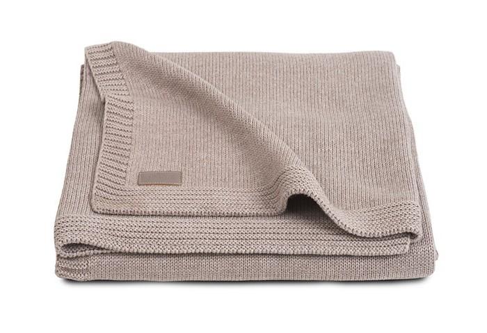 Плед Jollein Вязаный Natual knit 100х150Вязаный Natual knit 100х150Плед Jollein Вязаный Natual knit 100х150 обеспечит Вашему малышу тепло и уют. Ваш малыш будет смотреться эффектно и празднично.   Такой плед будет украшением детской комнаты, кроватки. Отличный подарок на рождение, на выписку.   Состав: 50 % хлопок, 50% акрил. В сочетании хлопка с акрилом акрил делает плед теплее, прочнее, легче и практичнее. Акрил называют искусственной шерстью. Сама ткань (акрил) обладает гипоаллергенными и антибактериальными свойствами. Ко всему тому, акрил имеет свойство не притягивать пыль, а потому использование пледа из такого материала будет прекрасным выходом из ситуации для аллергиков он легче отстирывается и быстрее сохнет. А хлопок улучшает гигроскопичность и дышащие качества такого пледа. Уход: рекомендуется стирка до 40 градусов.<br>