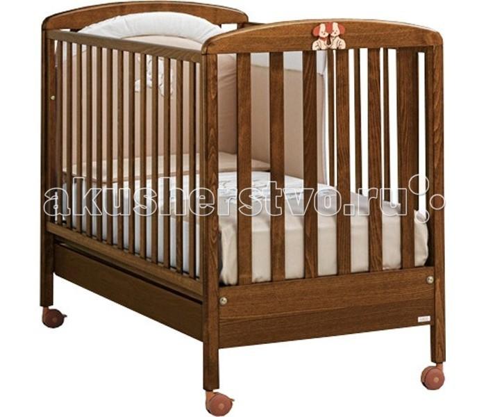 Детская кроватка MIBB DadoDadoДетская кроватка MIBB Dado   Классическая детская кроватка из коллекции Mibb Dado выполнена в цвете натурального дерева и подходит для детей от рождения и до 3-х лет.  Кроватка из натуральных природных материалов несомненно заслуживает внимания родителей с консервативным вкусом.  Гладко отполированная поверхность кроватки с плавными обтекаемыми формами не имеет острых углов и безопасна для подрастающего ребенка.  Ложе устанавливается в 2-ух положениях по высоте в зависимости от возраста ребенка. Опускающийся бортик позволяет удобно укладывать ребенка.  Верхняя часть бортиков покрыта силиконовыми накладками, которые защищают десна ребенка во время прорезывания зубов. Рейки на бортиках и боковинах расположены на безопасном для ребенка расстоянии друг от друга.  Вместительный ящик у основания кроватки служит для хранения постельных принадлежностей или игрушек. Четыре роликовых колеса делают кроватку мобильной, стопоры на 2-ух колесах, позволяют надежно зафиксировать кроватку на месте.  Кроватка изготовлена в соответствии с европейскими нормами качества и безопасности.  Характеристики: от рождения до 3-х лет опускающаяся боковая стенка вместительный ящик для постельного белья или игрушек 4 роликовых колеса (2 со стояночным тормозом) 2 уровня ложа  Материалы: массив бука ящик из МДФ краски, лаки, клей (нетоксичные, безвредные) устойчивые к воздействию влаги.<br>