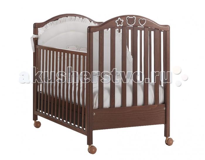 Детская кроватка MIBB ScintillaScintillaДетская кроватка MIBB Scintilla   Уже 46 лет итальянская компания Mibb заботится о комфорте своих маленьких клиентов. Каждое изделие выполнено с особым вниманием и любовью к малышам.  Детская кроватка Mibb Scintilla сделана из массива бука. Благодаря применению этого экологически чистого и прочного материала мебель сохранит первозданный вид и прослужит не одно десятилетие.  Все детали кроватки имеют идеально отполированные поверхности, тщательно обработанные нетоксичными лаками и красками.  Высококачественное покрытие, которое обладает защитными и декоративными свойствами, устойчиво к внешним воздействиям. Лакокрасочные материалы, не вызывающие аллергические реакции, безопасны для здоровья вашего ребенка.  Глянцевое покрытие защищает малыша от заноз. Mibb Scintilla не имеет острых углов, что значительно повышает безопасность эксплуатации кровати. Больше никаких ушибов и ссадин!  Детская кроватка оснащена четырьмя прорезиненными колесами, два из которых имеют фиксатор. Вращающиеся колеса помогают перемещать кроватку по комнате, а фиксирующий механизм позволяет Mibb Scintilla оставаться неподвижной.  Ложе кровати регулируется в двух положениях по высоте. Mibb Scintilla спроектирована таким образом, что переднюю стенку можно опустить.  В кроватке есть вместительный ящик с двумя отделениями для хранения белья и предметов, необходимых в процессе ухода за малышом. Доводчик, установленный в ящике, легко и бесшумно перемещается по шариковым направляющим.  Ящик оборудован системой блокировки от случайного выпадения. Детская кроватка Mibb Scintilla декорирована резными аппликациями в форме сердечка, звездочки и мордочки медвежонка.  Эти детали украшены стразами Swarovski, которые придают кроватке изысканность и утонченность.<br>