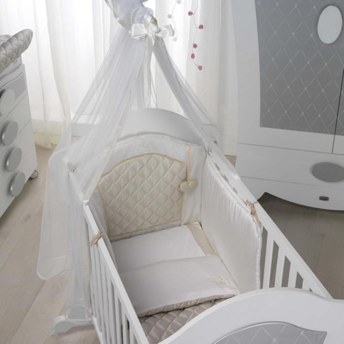 Комплект в кроватку Micuna Бортик и покрывало AlexaБортик и покрывало AlexaMicuna Alexa – это смелые дизайнерские решения, плавные изгибы линий и оригинальный декор. Новая мебель от испанских дизайнеров Micuna – сказочная и по-детски трогательная. В комнате Micuna Alexa каждой малышке так просто почувствовать себя настоящей принцессой, а малышу – юным наследником престола.   Натуральный хлопок самой тонкой выделки, мягкий и гипоаллергенный, не раздражающий самую чувствительную детскую кожу – текстильная коллекция Micuna создана специально для малышей. Нежные и приятные на ощупь ткани окутают ребёнка заботой и будут охранять его покой в минуты чуткого сна. Текстильные комплекты и аксессуары выполнены из 100% хлопка, в качестве наполнителя для мягких бортов используется холлофайбер. Это полиэстеровое волокно, скрученное в пружинки, более практично и обладает большей теплоизоляцией, нежели полиэстер. Весь текстиль Micuna хорошо стирается и быстро сохнет, что особенно важно в первые месяцы жизни малыша.   Особенности: 50% хлопок, 50% полиэстер;  наполнитель – холлофайбер;  гипоаллергенные материалы и краски;  мягкие бортики.   Размеры бампера для кроватки 140х70 (ДхВ): 210х40 см  Размер бампера для кроватки 120х60 (ДхВ): 180х40 см<br>