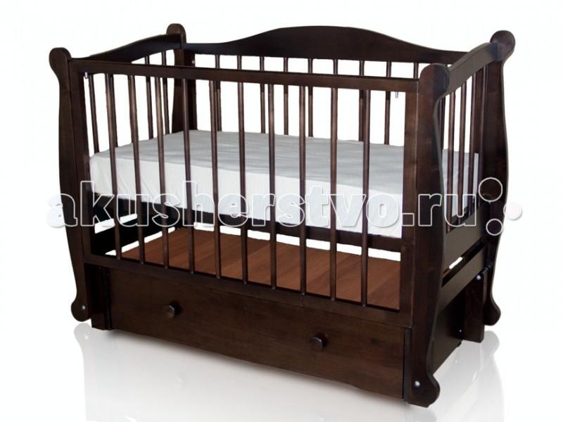 Детская кроватка Можгинский лесокомбинат Алиса продольный маятникАлиса продольный маятникДетская кроватка Можгинский лесокомбинат Алиса продольный маятник с продольным маятником изготовлена полностью из натурального дерева - березы.   Современный дизайн кровати Алиса легко впишется в интерьер детской комнаты. Передняя стенка снимается, что позволяет использовать кроватку в качестве диванчика. Продольный маятниковый механизм оснащен подшипниками, что делает укачивание бесшумным занятием. Три уровня подматрасника позволяют эксплуатировать кроватку до возраста малыша 4-х лет.   Особенности: размер матраса: 120&#215;60 см (в комплект не входит); три уровня ложа; три уровня опускания передней подвижной стенки; скрытый механизм опускающегося бокового ограждения; две съёмные рейки в подвижном ограждении; накрытый выдвижной ящик с основанием; маятниковый продольный механизм качания; материал: натуральная древесина (береза); сертификат экологической безопасности.<br>