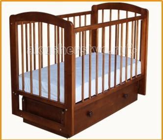 Детская кроватка Можгинский лесокомбинат Ксюша поперечный маятникКсюша поперечный маятникДетская кроватка Можгинский лесокомбинат Ксюша поперечный маятник имеет поперечный маятник. Изготовлена полностью из натурального дерева - берёзы.  Особенности: Кровать имеет съёмную автостенку, которая имеет три уровня по высоте и снимается полностью. Подматрасник сделан из бруса, с винтовой стяжкой, что придает дополнительную жесткость кровати при снятой стенке. Все рейки в стенках кровати круглые, что является более удобной опорой при захвате для маленькой детской ручки.  В передней автостенке имеются две съемные рейки. Маятниковый механизм имеет поперечное качание, есть возможность фиксации маятника. Подматрасник кровати Ксюша имеет три уровня по высоте, размер спального места 120х60 см.  Кровать укомплектована объемным ящиком, ящик двигается на роликовых направляющих.<br>