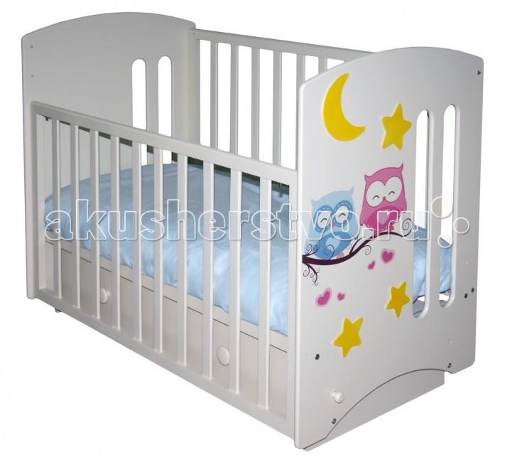 Детская кроватка Можгинский лесокомбинат Laluca Софи Совята поперечный маятникLaluca Софи Совята поперечный маятникДетская кроватка Можгинский лесокомбинат Laluca Софи Совята поперечный маятник имеет симпатичный внешний вид и достаточно широкий функционал.   Особенности: Передняя стенка регулируется по высоте в трёх уровнях и снимается полностью, что оценят родители, которые предпочитают приставлять детскую кроватку на ночь к своей. Регулируется уровень высоты подматрасника в три положения позволяют с удобством использовать кроватку от самого рождения до 3-х лет. Снизу кроватки есть вместительный ящик для белья на телескопических направляющих. Максимально выдвигается и не выпадает! В комплектации есть колёса, на которые можно будет поставить кроватку без установки маятника. Передняя и задняя стенки (решётки) изготовлены из дерева (берёза), все остальные детали из МДФ. Покрытие на полиуретановой основе абсолютно безвредно для детей, что подтверждено сертификатами.<br>