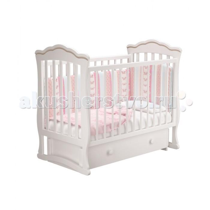 Детская кроватка Можгинский лесокомбинат Вэлла-3 универсальный маятник МиланоВэлла-3 универсальный маятник МиланоМожгинский лесокомбинат Детская кроватка Вэлла-3 универсальный маятник Милано  Кроватка рассчитана для детей от рождения до 3 - 4 лет; Спальное ложе регулируется и имеет 3 уровня высоты; Передняя стенка имеет удобный запатентованный механизм опускания, которую в последствии можно снять целиком; Кроватка со снятым передним ограждением так же очень удобна как приставная кроватка, которую удобно ставить рядом с родительской кроватью; Прутики у кроватки сделаны круглыми, что физиологически правильно для маленькой детской ручки; Кроватка дополнена большим ящиком с бесшумным выкатным механизмом для хранения детских вещей или постельного белья; Детская кроватка оснащена универсальным маятником: вы можете качать кровать в одной горизонтальной плоскости вдоль длинной стенки, а так же качение маятника происходит вдоль короткой стенки (в зависимости от сборки кроватки); Все используемые при производстве кроватки лакокрасочные материалы не токсичны и безвредны для здоровья малыша; Кроватка изготовлена из массива березы.  Размеры: Размеры спального ложа: 120 х 60 см. Размер кроватки: 125 х 114 х 74.4 см.<br>
