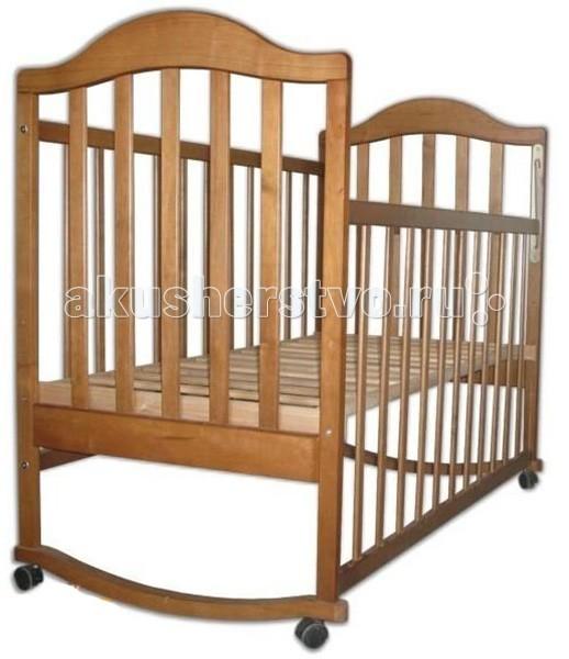 Детская кроватка Наполеон колесо-качалкаколесо-качалкаДетская кроватка Наполеон колесо-качалка  Комфорт и безопасность ребенка в первые годы жизни крохи – забота и удел родителей. Подарить малышу лучшее – означает купить детскую кроватку Наполеон! Многолетние традиции, высокие стандарты качества, которым соответствует продукция бренда, позволяют гарантировать ребенку удобство и защиту.  Особенности: Мебель производится из массива ольхи – очень прочной и твердой породы древесины, которая испокон веков славилась своими бактерицидными свойствами, что в разы снижает риск заболевания ребенка Ложе кроватки ортопедическое и может регулироваться на 2х уровнях по высоте Наполеон кроватка – это классическая конструкция-качалка, которая для большего удобства и функциональности снабжена колесиками Кстати, колесики в кроватке Наполеон не оставляют следов и бесшумные благодаря прорезиненному ободу, а еще имеют стопоры Передняя панель регулируемая Полозья для качания очень плавные Реечные панели кроватки по торцам декорированы резной аппликацией, а вообще очень практичны, так как не препятствуют естественной вентиляции ложа, что важно для здорового отдыха и сна малыша<br>