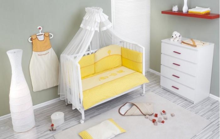 Комплект в кроватку Nino Morada (6BB предметов)Morada (6BB предметов)Детский комплект в кроватку Nino Morado BB обеспечивает новорожденному спокойный сон, так необходимый для правильного развития. Особое внимание уделяется качеству и мягкости хлопчатобумажной ткани. Благодаря применению инновационной системы Easy Wash комплект характеризуется практичностью в использовании, простотой стирки и глаженья борта без риска испортить наполнитель. Использование метода Even Fill обеспечивает равномерное расположение наполнителя. В комплекте 6 предметов.  Материал: 100% хлопок, наполнение - полиэстер  Расцветки: бежевый,желтый В комплекте 7 предметов:  пододеяльник: 135 х 100 см  наволочка: 60 х 40 см  одеяло: 135 х 100 см  подушка: 60 х 40 см  борт: 360 см (на всю кроватку)  простынь на резинке: 125 х 65 см<br>