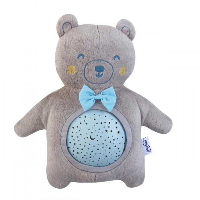 Pabobo Ночник МедвежонокНочник МедвежонокPABOBO Ночник Медвежонок  проецирует звёздное небо на потолок спальни, чтобы помочь ребёнку быстро и спокойно заснуть.   Мягкий плюшевый Медвежонок и музыкальный проектор звездного неба теперь вместе!   Этот маленький мишка создает красивое звездное небо на потолке спальни и проигрывает нежную колыбельную, чтобы успокоить Вашего малыша. Цвета проекции автоматически и плавно меняются от зеленого и синего до оранжевого, так же у Вас есть возможность вручную выбрать и зафиксировать цвет проекции!  А плюшевую часть можно стирать в машине благодаря съемному проектору! Идеальное решение для уменьшения вероятности возникновения аллергии и бактерий.  Вам не придётся мешать малышу во время его сна, ведь ночник выключиться автоматически через 22 минут (15 мин для музыки). Легкий и компактный, родители могут взять Мишку на выходные или отпуск с собой.  Размеры: 32*18*11 см Музыкальный Звучит спокойная колыбельная, чтобы помочь ребёнку быстрее заснуть Переносной Беспроводной проектор - Вы можете разместить устройство где угодно Автоматически отключается после 22 минут работы устройства (при активации музыки она выключается через 15 минут проигрывания) Без ламп накаливания (не нужно больше менять лампочки!)Не нагревается (холодный светодиод) Беспроводной  Работает на батарейках (необходимы 3 батарейки AA/LR6, не входят в комплект)  Может использоваться детьми с рождения (возраст 0+) CE<br>