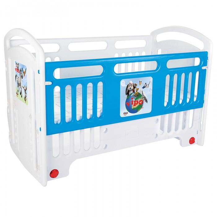 Детская кроватка Pilsan Handy CribsHandy CribsPilsan Детская кроватка Handy Cribs предназначена для детей от рождения, максимальная нагрузка 50 кг. Можно использовать как качалку, выдвижные ножки, регулировка высоты лежачей части. Все детали, из которых производится кроватка, соответствуют повышенным стандартам качества. Детали полностью безопасные, нетоксичные, поскольку изготавливаются из безопасных материалов. Нет острых углов, заусениц и прочих брешей, о которых ребенок может нечаянно поранить.  Поистине королевская кроватка, рассчитанная на самый взыскательный вкус и выполненная в оригинальном дизайне, сочетает в себе все необходимые для удобства мамы и малыша функции.   3 варианта использования: кровать, диван, игровая площадка.  Размер матраца: 60 см х 120 см, в комплект не входит.<br>