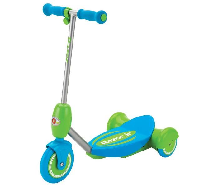 Трехколесный самокат Razor детский Lil E электродетский Lil E электроЭлектросамокат детский Razor Lil E. теперь доступен детям уже от двух лет. Для тех, кто уже освоил или только планирует освоить баланс и координацию. Первый электросамокатик Lil E обеспечивает дополнительную стабильность хода за счёт трёхколёсной конструкции, а также плавного газа, который активируется путём нажатия ребёнком кнопки газа на руле.   Кнопка нажимается очень легко, а самокат плавно набирает ход, но стоит только маленькому райдеру отпустить газ, как самокат начнёт тормозить до полной остановки. Самокат комплектуется удобным съёмным сиденьем, для тех юных райдеров, кто ещё боится кататься или пока плохо держит равновесие.   От 3 лет Подходит детям ростом от 80 до 130 см. Максимальная нагрузка 20 кг. Максимальная скорость 3 км/час До 50 минут непрерывного хода на полной зарядке Тихий надёжный электромотор Задний привод из двойных колёс для дополнительной устойчивости В движение приводится только с зажатой кнопкой газа Плавный и медленный набор скорости Полная остановка пи отпускании кнопки газа Большая широкая платформа для пары детских ножек Возможность крепления дополнительно сиденья для использования детьми от 2 лет Корпус выполнен из прочного полимера Стальной каркас электросамоката Большие полиуретановые полимерные колёса Аккумулятор герметичный свинцово-кислотный на 6V Мягкие удобные пенные ручки на руле Соответствует всем мировым требованиям по безопасности для детей от 3 лет Сертифицирован для продажи в России Требуется частичная сборка Гарантия 6 месяцев.<br>