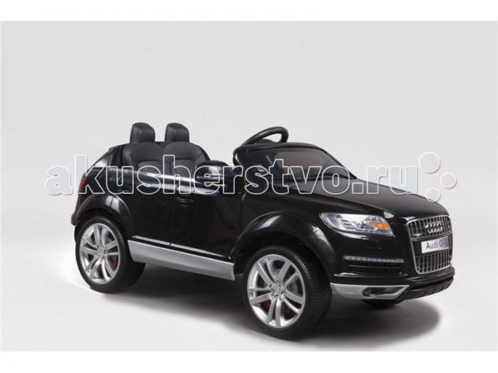 Электромобиль RiverToys Audi Q7Audi Q7Электромобиль RiverToys Audi Q7 создан для комфортных поездок по городским улицам и парковым дорожкам. Маневренный и быстрый - отличное сочетание для любителей настоящей скорости. Электромобиль отличается салоном повышенной комфортности. Удобное, мягкое кожаное сидение позволяет расположиться с максимальным комфортом и проводить много времени играя и катаясь.  Особенности: Лицензионная модель, дизайн которой основан на дизайне автомобиля Audi Q7. Просторная внутри и большая снаружи - внушительный электромобиль для первоклассных водителей. Легко преодолеет и городскую улицу, и парковые дорожки. Два мотора обеспечивают отличный ход машинки. Качественные амортизаторы не дадут усомниться в выборе электромобиля, при катании по неровной дорожной поверхности. Резиновые колеса обеспечивают отличное сцепление с дорожным покрытием. Электромобиль способен развивать скорость до 7 км/ч. Оснащен одной скоростью для движения вперед и одной задней скоростью. Плавный разгон исключает скачки машины при старте. Педали газа и тормоза совмещены в одной, что облегчает управление. Электромобилем можно управлять двумя способами: из салона или с помощью пульта дистанционного управления. Индивидуальный пульт дистанционного управления позволяет управлять машинкой с расстояния свыше 30 метров: ехать вперед-назад, поворачивать и тормозить. Пульт дистанционного управления работает через интерфейс Bluetooth. Электромобиль оснащен отличной системой подсветки: помимо фар, кузов оснащен подсветкой из светодиодов. Боковые зеркала позволяют отлично ориентироваться на дороге. Высокие бортики не дадут ребенку выпасть из машинки во время катания. Просторный салон и эргономичное кресло из пластика. Сидение оснащено поясным ремнем безопасности. Руль удобен в обхвате и оснащен кнопками для включения звуковых эффектов. Электромобиль заводится с помощью кнопки. На приборной панели расположены специальные разъемы (USB и AUX) и слот для SD card, через которые можно подключа
