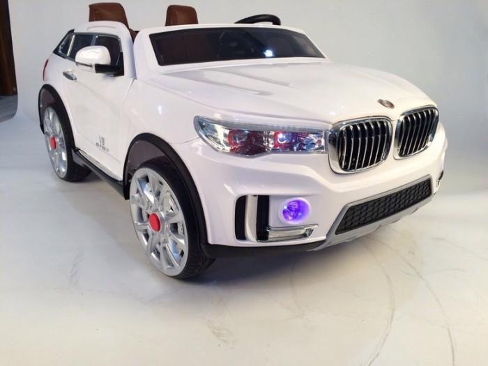 Электромобиль RiverToys BMW M333MMBMW M333MMЭлектромобиль RiverToys BMW M333MM показывает на своем примере, как должен выглядеть современный джип для детей. Потрясающий дизайн, отличные амортизаторы, огромное количество всевозможных функций, мягкие шины EVA, кожаные чехлы и много другое. Электромобиль рассчитан для двух детей, что позволяет кататься с друзьями или братьями/сестрами. Удивительно просторный салон дает возможность расположиться в машинке с максимальным комфортом, что значительно отличает эту модель от многих других.  Детский электромобиль BMW M333MM оснащен всем самым необходимым для маленького ценителя музыки: своей аудио системой, возможностью подключения гаджетов через AUX и USB разъемы, включение MicroSD, а также отличным FM радио.  Особенности: Удивительно реалистичная модель, дизайн которой основан на дизайне автомобиля марки BMW. Отличная устойчивость и высокая проходимость. Легкое управление на любом дорожном покрытии. Мягкие шины EVA обеспечивают отличное сцепление с дорожным покрытием. Качественные амортизаторы сделают катание более комфортным. Быстрое маневрирование в любых ситуациях. Выполнен на высокопрочном металлическом каркасе. Надежным полипропиленовый корпус с качественным покрытием. Реалистичные тонированные стекла. Боковые зеркала обеспечивают безопасность при катании. Свет передних и задних фар сделает катание в сумерках более комфортным. Фары оснащены яркими лампами и светодиодами. Открывающиеся двери, как у настоящего автомобиля. Двери фиксируются специальными замками. Сзади открывается вместительный багажник. Широкий салон и впечатляющие размеры. Предназначен для двух малышей. Оснащен двумя раздельными сиденьями. Сиденья выполнены из качественного пластика и оснащены мягкими кожаными чехлами. Каждое сиденье оснащено прочным поясным ремнем безопасности. Удобный в обхвате руль с кнопкой для включения сигнала. Красивая подсветка приборной панели. Электромобиль включается с помощью кнопки. На приборной панели расположен рычаг для пе