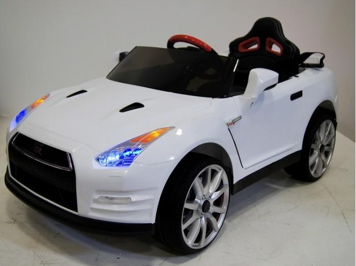 Электромобиль RiverToys Nissan GTR X333XXNissan GTR X333XXЭлектромобиль RiverToys Nissan GTR X333XX – надежное транспортное средство для вашего ребёнка. Модель является уменьшенной копией реального Nissan GTR. Удобное кресло водителя, оснащённое поясным ремнем безопасности, резиновые бескамерные низкопрофильные колеса делают электромобиль комфортным для маленького гонщика. Машина имеет две скорости вперед и одну назад. Управление электромобилем легко в освоении ребёнком. За разгон, скорость и торможение отвечает ножная педаль.   Родители контролируют перемещение самых маленьких водителей при помощи пульта дистанционного управления. Колеса с амортизаторами обеспечивают безопасную и мягкую езду по дороге и гравию и плавный разгон с места. Детский автомобиль привлекает внимание: при движении включаются диодные фары, играет музыка, во избежание аварийной ситуации можно посигналить.  Особенности: Для детей от 2 до 8 лет. Аккумулятор 12V/7А. Двигатели 2*12V-12000 об. Световые и звуковые эффекты. Подсветка панели приборов, диодные огни фар. Плавный ход. Амортизаторы. Пульт управления: индивидуальный (настраивается по Bluetooh) Колеса: каучуковые низкопрофильные Открываются двери. Скорость: Скорость вперед (переключается кнопкой быстрее/медленнее), одна назад. Сидение: КОЖАНОЕ, ремень безопасности Заводится с кнопки. Медиа-панель: USB, SD-вход, AUX-вход. Время зарядки: 10 – 12 часов. Время работы на одном заряде: 2 часа.<br>