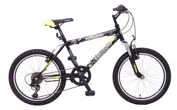 Велосипед двухколесный TopGear Parcours 210 20Parcours 210 20Велосипед двухколесный Parcours 210 20 имеет жесткую изготовленную из металла раму, которая украшена принтом в виде отпечатков подошвы и рук, и оснащен двумя крыльями, защищающими колеса от загрязнения. Двухколесный велосипед черного цвета понравится детям, любящим активный отдых.  С этим велосипедом и мальчики, и девочки смогут гонять по разным типам местности и получать море удовольствия. Езда на велосипеде оказывает положительное влияние на весь организм, заряжает бодростью и повышает выносливость.<br>