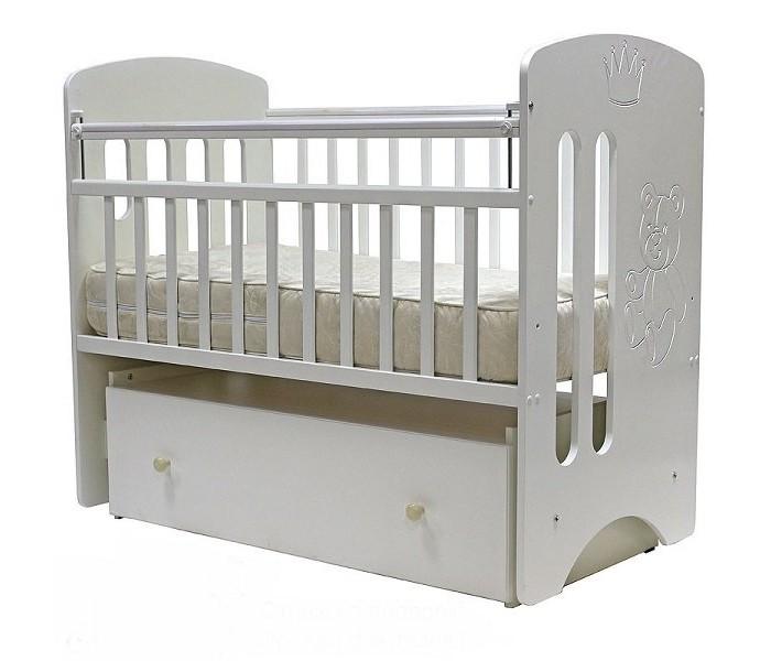 Детская кроватка Топотушки КаролинаКаролинаУдобная и функциональная детская кроватка Топотушки Каролина предназначена для новорожденных детей. Изготовлена на современном оборудовании по итальянской технологии из экологически чистых материалов, что обеспечивает прочность и долговечность. Высокое качество отделки, сохраняющее природный рисунок дерева. Для окраски применяются лаки, не содержащие вредных для здоровья ребенка веществ.  Эта модель оснащена маятниковым механизмом поперечного качания (эффект колыбельки). Маятник надежно фиксируется в заданном положении для дневного бодрствования или малышей постарше.   Функциональный объемный выдвижной ящик в нижней части кроватки позволит удобно разместить и хранить детские вещи, постельные принадлежности, памперсы, игрушки и другие предметы обихода, не занимая дополнительного места.   Ложе кроватки – реечное, соответствует требованиям безопасности и комфортно для детского позвоночника. В сочетании с матрасом дает возможность правильно сформировать спинку ребенка.  Ложе имеет 2 положения высоты, Вы можете менять глубину кроватки в зависимости от возраста малыша, гарантируя его безопасное нахождение в ней: верхнее положение - для младенцев, нижнее для малышей которые уже садятся и самостоятельно встают на ножки.  Расстояния между прутьями кроватки рассчитаны так, чтобы не пролезла голова любопытного крохи и не застряла ручка – это обеспечивает малышу максимальную безопасность во время сна и бодрствования!  Верхние перекладины боковых бортиков защищены силиконовыми накладками (грызунки) для защиты кроватки от острых зубок малыша.   Особенности:  Кровать изготовлена из экологически чистых материалов.  Обработана экологически чистым и безопасным для здоровья лаком.  Закрытый объемный выдвижной ящик для удобства хранения детских вещей, постельных принадлежностей, памперсов или игрушек;  Кровать оснащена маятниковым механизмом поперечного качания (эффект колыбельки).  Фиксатор маятника;  2 уровня ложа по высоте для изменения глу