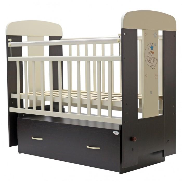 Детская кроватка Топотушки Верона поперечный маятникВерона поперечный маятникДетская кроватка Топотушки Верона поперечный маятник  Украшающая кроватку аппликация в виде милого медвежонка спящего на луне подарит Вашему малышу хорошее настроение.   Удобная и функциональная детская кроватка «Верона» предназначена для новорожденных детей и используется до 4-5 лет. Изготовлена на современном оборудовании по итальянской технологии из натурального экологически чистого массива березы, что обеспечивает прочность и долговечность. Высокое качество отделки. Для окраски применяются лаки, не содержащие вредных для здоровья ребенка веществ. Украшают кроватку спинки оригинальной волнистой формы с декорированными цветами.   Эта модель оснащена маятниковым механизмом поперечного качания (эффект колыбельки). Маятник надежно фиксируется в заданном положении для дневного бодрствования или малышей постарше.  «Независимый» функциональный объемный выдвижной ящик на колёсиках в нижней части кроватки позволит удобно разместить и хранить детские вещи, постельные принадлежности, памперсы, игрушки и другие предметы обихода, не занимая дополнительного места.   Ложе кроватки – реечное, соответствует требованиям безопасности и комфортно для детского позвоночника. В сочетании с матрасом дает возможность правильно сформировать спинку ребенка. Ложе имеет 2 положения высоты, Вы можете менять глубину кроватки в зависимости от возраста малыша, гарантируя его безопасное нахождение в ней: верхнее положение - для младенцев, нижнее для малышей которые уже садятся и самостоятельно встают на ножки.   Боковая стенка опускается при помощи автокнопки, когда кроха подрастет и научиться самостоятельно вылезать из кроватки боковой бортик можно снять, таким образом, кроватка трансформируется в уютный диванчик.   Расстояния между прутьями кроватки рассчитаны так, чтобы не пролезла голова любопытного крохи и не застряла ручка – это обеспечивает малышу максимальную безопасность во время сна и бодрствования!   Верхние п