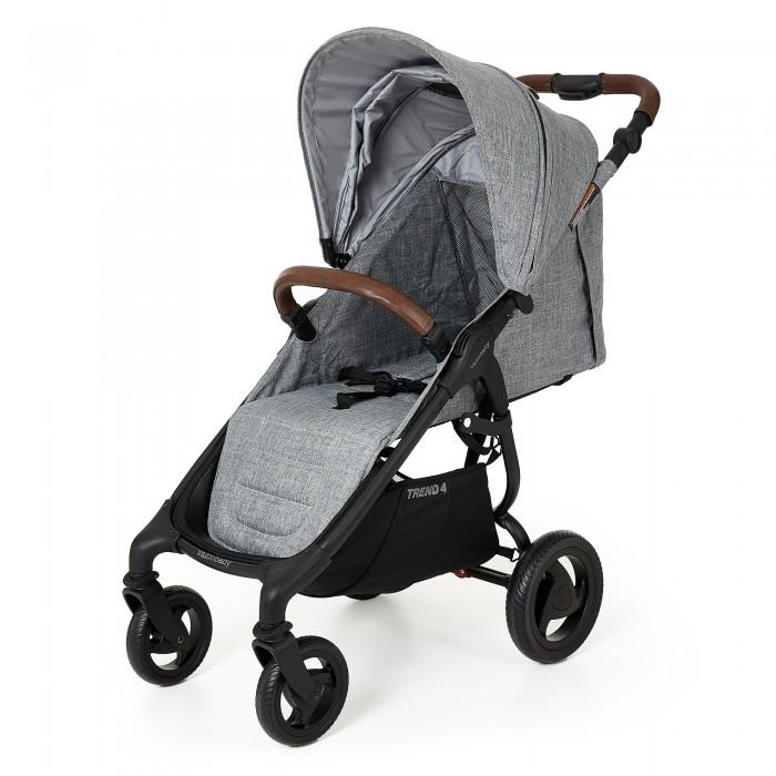 Прогулочная коляска Valco baby Snap 4 TrendSnap 4 TrendПрогулочная коляска Valco baby Snap 4 Trend стала еще более стильной, удобной и теплой.   У коляски большое и широкое спальное место. Даже в зимнем комбинезоне или теплом конверте ребенку будет очень удобно. За счет небольших изменений в задней части капюшона теперь Снап 4 будет более теплой и защищенной от ветра.   Капюшон стал еще больше на одно деление и теперь полностью закрывает ребенка. Снап очень удобно складывается одной рукой и занимает очень мало места в собранном виде, а вес коляски всего 8 кг. Это удобная коляска для каждодневный прогулок, поездок на машине или путешествий.   Главные достоинства Snap 4 Trend: Удобное и широкое спальное место для ребенка. Удобная, маневренная и функциональная. Легкая. Компактно складывается. Отличное качество и продуманность в каждой детали. Отличия Valco baby Snap 4 Trend от обычной Snap 4: Теперь коляска складывается одной рукой. Корзина для покупок стала еще больше и удобнее. Спальное место увеличилось на 10-12 см. Капюшон увеличился на одно дополнительное отделение. Эко кожа на ручке для родителей и бампере. Надежно закрывает ребенка по бокам от ветра и непогоды. На капюшоне удобное отделение на молнии. Особенности и преимущества Valco baby Snap 4 Trend: С 6 месяцев до 20 кг. Несколько положений наклона спинки. Есть полностью горизонтальный наклон спинки. Спинка не гамак. Алюминиевая рама. 5-ти точечные ремни безопасности с мягкими накладками. Большой капор с сетчатой секцией на молнии. Капюшон расширяется с помощью молнии.  Ручка для родителей регулируется по высоте. Съемный бампер из эко кожи. Мягкие бескамерные колеса. Устойчивы к проколам. Поворотные передние колеса с возможностью фиксации. Удобный ножной тормоз. Регулируемая подножка. Механизм сложения книжка, есть фиксатор сложенного состояния. В сложенном виде коляска очень компактна, есть специальный ремень для переноски. Съемная обивка, стирается при 30 градусах. Вместительная корзина для покупок. В компл