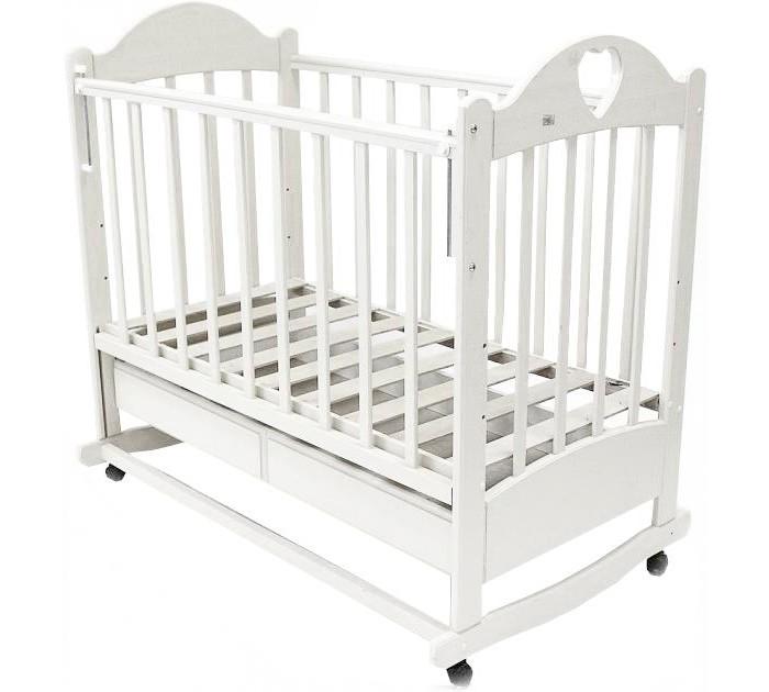 Детская кроватка Ведрусс Таисия №2 качалкаТаисия №2 качалкаДетская кроватка Ведрусс Таисия №2 качалка настоящая надежная кроватка для ценителей качества.   Кроватка качается очень легко и гарантирует Вашему малышу моментальное засыпание.    Детская кроватка оснащена большим выдвижным ящиком. Ящик является поистине огромным, благодаря ему у Вас просто отпадёт необходимость в приобретении дополнительного шкафа для хранения детских вещей и принадлежностей.  Особенности: три положения ложа  ПВХ-накладка  трансформируется в диван  реечное основание кроватки  отсутствие выступающих углов и неровностей, что обеспечивает безопасность для малыша  материал – береза (обеспечивает высокую прочность и долговечность)  древесина обработана экологически чистым лаком<br>