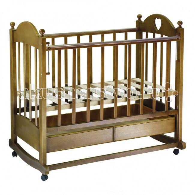 Детская кроватка Ведрусс Марьяна №2 (качалка)Марьяна №2 (качалка)Кроватка-качалка Ведрусс Марьяна №2 – классическая кроватка российского производства. Выделяется интересным дизайном с деревянными шариками на спинках. Высота ложа кроватки регулируется. Боковая стенка опускается. Ее также можно снять, превратив кроватку в диванчик для подросшего малыша. Под ложем расположен ящик для постельных принадлежностей. Кроватку удобно использовать как качалку, для этого предусмотрена специальная планка для качания ногой.  Особенности: полозья для качания  выдвижной ящик для белья  боковина укомплектована ПВХ-накладкой для оберегания зубок малыша  модель кровати трансформируется в удобный диванчик для малыша 2 - 5 лет  изящный дизайн с сердечком регулируемое в 3 положениях по высоте ложе размер ложа: 120х60 см съемное регулируемое в 2 положениях боковое ограждение съемные колеса с возможностью блокировки планка для качания ногой  Материал: материал кроватки: береза экологически безопасный нетоксичный лак  Габариты и вес: размеры в собранном виде (ДхШ): 126х72 см<br>