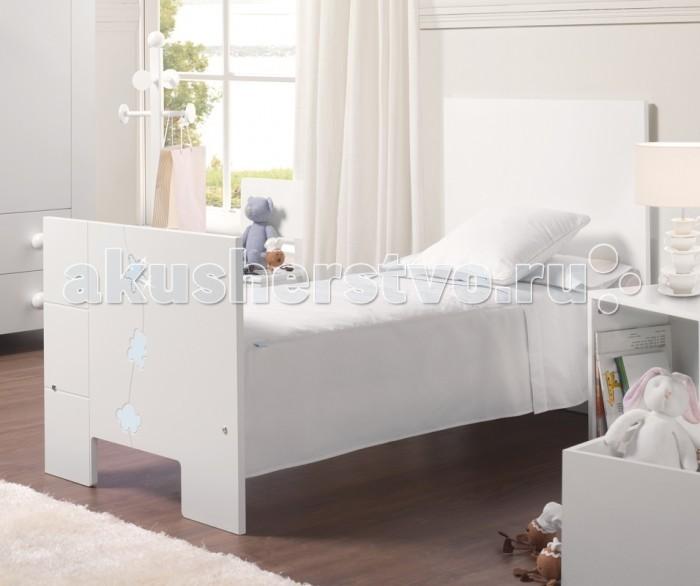 Детская кроватка Micuna Juliette Luxe BIG с кристаллами Swarovski 140х70Juliette Luxe BIG с кристаллами Swarovski 140х70Детская кроватка Micuna Juliette – это простой и в то же время по-детски очаровательный дизайн. Лёгкая и изящная, украшенная скромным декором, эта мебель придаст комнате дополнительный уют, а её удобство оценят все мамы и папы.  Кроватки испанской компании Micuna изготавливаются в Валенсии из экологически чистых материалов. В первую очередь, это бук – традиционное дерево для мебели и музыкальных инструментов. Элементы из МДФ – материала, созданного без применения эпоксидных смол и фенола на основе природного полимера лигнина, дополняют конструкцию. Краски и лак, которыми покрывают кроватки, приготовлены из натуральных компонентов и не создают вредных испарений.  бортик кроватки опускается ложе регулируется по высоте – 2 позиции посредством снятия бортика кроватка легко превращается в диванчик материал: бук, МДФ  кроватка украшена стразами Swarovski в комплект не входит ящик для кровати, но его можно заказать дополнительно<br>