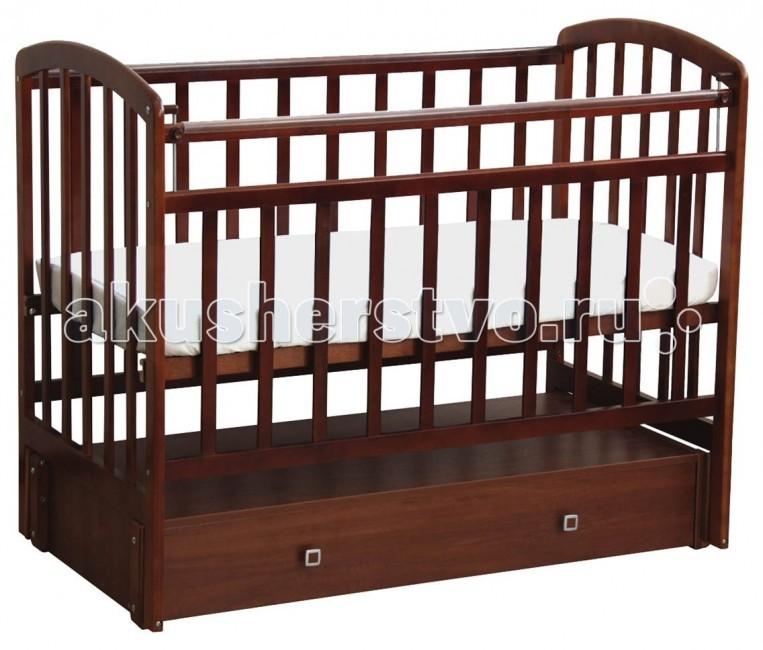 Детская кроватка Фея 313 продольный маятник313 продольный маятникДетская кроватка Фея313 продольный маятникизготовлена из натурального материала сбезвредным лакокрасочным покрытием. Боковины и дно кроватки реечные. Имеет прочную, легко собираемую конструкцию.Бортики кроватки оснащены пластиковыми накладками.  Кроватка с бортиками; Ортопедическое ложе; Удобный механизм для укачивания с маятниковым принципом работы; Накладки из пластика (против ушибов - на бортики); Выдвигающиеся ящички из ЛДСП в количестве 2-х штук. Несомненными преимуществами кроватки являются ее функциональность и безопасность.   Изделия выполняется из экологичных материалов (массив березы), который долго сохраняет свои рабочие качества - не рассыхается, устойчив к влаге. Лакокрасочное покрытие прошло необходимые санитарные и гигиенические тесты и полностью безопасно для детей.   Механизм укачивания и кнопка опускания передней стенки сделают процесс укладывания ребенка невероятно простым и быстрым.   Ортопедическое ложе позволяет Вашему чаду спать максимально комфортно и с пользой для здоровья.<br>