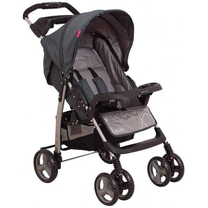 Прогулочная коляска Coto Baby BluesBluesПрогулочная коляска Coto Baby Blues – это практичная и функциональная модель, продуманная до мелочей. Отличительная черта модели – это наличие столика-бампера с подстаканником для малыша, и лотка для мелочей для мамы, который крепится на ручку, которые можно менять местами. Коляска удобно и компактно складывается нажатием кнопки на ручке, так что ее удобно брать с собой в поездки в багажнике или хранить дома. Узкая колесная база позволяет проходить в любой лифт и в любой дверной проем. Весит Coto Baby Blues 10кг.   Модель имеет небольшие цельнолитые колеса, передние – сдвоенные для большей устойчивости, задние – одинарные. Передние колеса поворотные, с возможностью фиксации, что придает модели достаточную маневренность.   Угол наклона спинки прогулочного блока можно менять в трех положениях. Высота подножки также регулируется, что позволяет создать удобное спальное место для маленького любителя вздремнуть на свежем воздухе. Полезная деталь конструкции модели – клеенчатая обивка подножки. Теперь не нужно переживать, когда малыш после прогулки пачкает ее своими ботиночками: все моментально протирается и чистится.   Большой регулируемый капюшон имеет большое окошко, которое служит для вентиляции и позволяет маме взглянуть на спящего малыша. Сзади на спинке предусмотрен большой карман, куда мама может сложить все нужные мелочи. Но это не все – на ручке для этих целей есть еще пластиковый лоток.   Малыш фиксируется на сиденье пятиточечными ремнями безопасности, причем правила рекомендуют пристегивать его всегда. Столик-бампер с подстаканником и высоким бортиком – очень полезная мелочь, особенно он будет полезен в путешествиях и длительных прогулках. В комплект входит накидка на ножки, которая не позволит холодной и ветреной погоде испортить настроение от прогулки.  Открытая текстильная корзина для покупок, расположенная под сиденьем, достаточно вместительна, и выручит хозяйственных мамочек, которые ходят по магазинам вместе с малыш