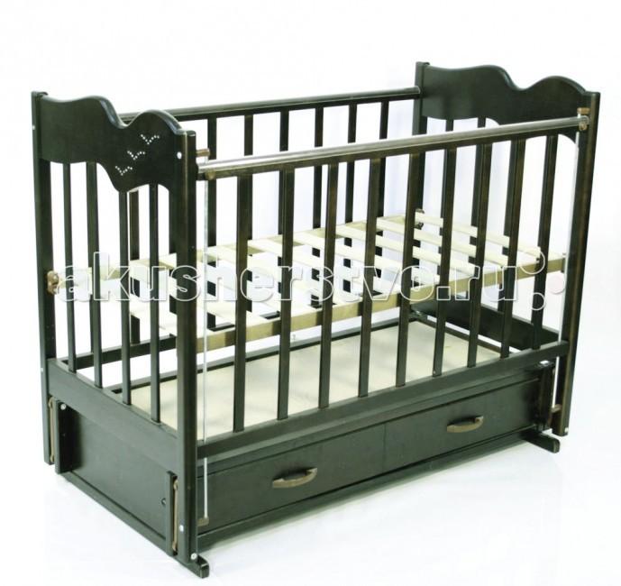 Детская кроватка Ведрусс Чайка 4 продольный маятникЧайка 4 продольный маятникДетская кроватка Ведрусс Чайка 4 продольный маятник легко впишется в комнату Вашего малыша. У кроватки есть ящик для белья, где Вы сможете хранить вещи и любимые игрушки ребенка.  Особенности:  опускающаяся боковина(в дальнейшем кроватку можно использовать как диван),  3 уровня ложа,  накладки ПВХ,  кроватка украшена на боковой стенке стразами в виде чайки<br>