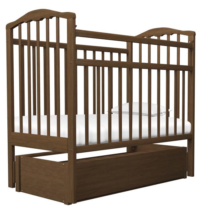 Детская кроватка Агат Золушка-6 маятник продольный с ящикомЗолушка-6 маятник продольный с ящикомДетская кроватка Агат Золушка-6 маятник продольный с ящиком  Детская кроватка от рождения до 5 лет, имеет размер спального ложа (реечное) 120х60см.   2 положения днища.  Боковая автостенка.  Боковую стенку можно снять совсем, таким образом кроватка превратится в очень уютный диванчик.  Кроватка маятник продольного качания, что особо актуально в первые месяцы жизни ребенка.  Выдвижной ящик.  Кроватка имеет Европейский дизайн, изготовлена полностью из массива березы, покрыта абсолютно нетоксичными и безвредными для здоровья детей лаками и имеет очень нарядную форму спинок.  Внешние размеры: 127x67 см<br>