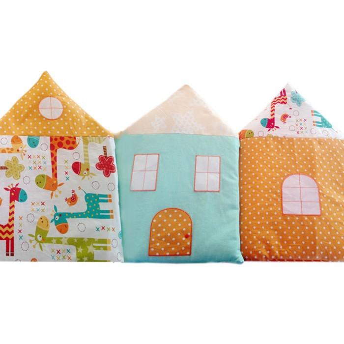 Комплект в кроватку Alis Домики (14 предметов)Домики (14 предметов)Alis Комплект в кроватку Домики (14 предметов)   Борт -  4 подушки в виде домиков, 5 подушек классической формы. Окошки и пуговки вышивка. Простынь (классика, не на резинке).  Комплект в кроватку 14 предметов, бязь, поплин, хлопок 100%, вышивка, подарочная упаковка.  Комплектация:  борт раздельный (состоит из 4-х подушек в форме домиков и 5-ти подушек классической формы) одеяло 110х140 подушка 40х60. Наполнитель HOLLCON. комплект постельного белья: Простынь 100х150 см Наволочка 40х60 см Пододеяльник 110х140 см<br>