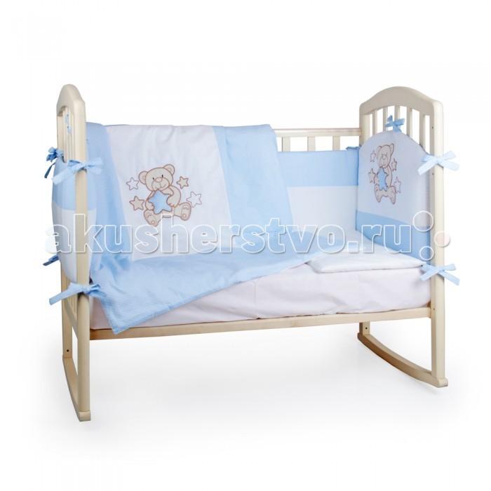 Комплект в кроватку Alis Мишка со звездой (6 предметов)Мишка со звездой (6 предметов)Alis Комплект в кроватку Мишка со звездой (6 предметов)  Двухцветный набор в кроватку с красивыми большими аппликациями, выполненными с использованием плотного заполнения стежков, что гарантирует прочность и долговечность изделия. Отличительная особенность комплекта – объемные и мягкие элементы вышивки и эстетичное цветовое сочетание.   Комплектация 6 предметов: Фигурные бортики из двух частей с округлым изголовьем, выделяющим главную часть кроватки. На передней части бортика мишка-звездочет в окружении звездочек разного размера и разной фактуры. В лапах у мишки самая главная звездочка этого созвездия, мягкая и объемная, а сам мишка выполнен из нежной плюшевой ткани. Цветные вставки окружают каждого медвежонка и заполняют внешнюю часть бортиков; Одеяло 110*140 из отбеленного хлопка, достаточно большое, чтобы укрывать уже подросшего ребенка; Подушка 40*60 из отбеленного хлопка; Пододеяльник с большой аппликацией мишки-звездочета по центру выделен на фоне всего одеяла светлым фоном тканевой основы; Наволочка; Простыня.   Наполнитель: холлкон – новейший материал, безопасный для новорожденных. Он полностью экологичен и не содержит токсинов. Бортики с использованием данного наполнителя имеют долгий срок эксплуатации. Также материал сберегает тепло и сохранит идеальный внешний вид бортиков. Безопасно для аллергиков. Состав: бязь, вышивка, аппликации. Исключительно 100% хлопок. Продукция сертифицирована и безопасна для детей.  Ткань верха бязь хлопок 100%, апликация из плюша и бязи и объемной звездочкой.  Комплектация:  бортики фигурные 180*40- 2 шт. Центральная часть бортика уходит на изголовье и две по бокам до середины длинной стороны кроватки.  комплект постельного белья, апликация на пододеяльнике дублирует мишку на бортике одеяло 110*140  подушка 40*60  Наполнитель HOLLCON<br>