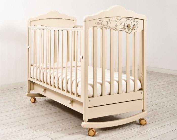 Детская кроватка Angela Bella ИзабельИзабельДетская кроватка Angela Bella Изабель – одно из самых красивых изделий бренда, которое очаровывает своим утонченным дизайном и великолепным декором в виде сладко спящего мишутки на воздушных облаках.   Помимо своего изысканного вида Angela Bella Изабель имеет хороший набор функций. Она легко раскачивается со стороны в сторону, убаюкивая кроху, и при этом легко перемещается из комнаты в комнату с помощью прорезиненных шарнирных колесиков.   Ложе детской кроватки закрепляется на двух уровнях высоты, а боковая панель легко опускается и фиксируется в выбранном положении. Практичным дополнением модели стал широкий вместительный ящик с защитным блоком от выпадения.  Особенности:  4 колеса со стопорами  реечное дно  древесина обработана экологически чистым лаком  отсутствуют острые углы   опускаемая съемная боковина с фиксаторами  два уровня ложа по высоте  ящик на бесшумных металлических направляющих с защитой от выпадения  полозья для качания несъемные  аппликация выполнена с использованием технологии флокирования От производителя: Продукция изготовлена из ценной породы древесины - Бук, с применением новейших технологий. Для окраски применяются лаки, не содержащие вредных для здоровья ребенка веществ. Контроль качества производится непосредственно при сборке каждого элемента конструкции. Вся продукция сертифицирована и соответствует Государственному Стандарту.<br>