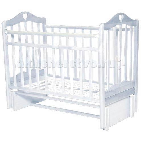 Детская кроватка Антел Каролина 5 маятник продольныйКаролина 5 маятник продольныйДетская кроватка Антел Каролина 5 маятник продольный с привлекательным дизайном наверняка придется по вкусу и родителям и малышу.   Кроватка выполнена из экологически чистой древесины березы и оснащена маятниковым механизмом продольного качания. Кроватка имеет два уровня регулировки высоты ложа. Переднее боковое ограждение также регулируется по высоте, что облегчает контакт мамы с ребенком.   Производители предусмотрели специальные накладки (грызунки) в верхней части боковых ограждений. Грызунки, изготовленные из высококачественного силикона, делают безопасным контакт ребенка с деревянной поверхностью.  Особенности: механизм укачивания: продольный маятник регулируемое по высоте ложе (2 положения) силиконовые накладки (грызунки) съемное переднее ограждение Покрыта нетоксичными и безвредными для здоровья детей лаками.<br>