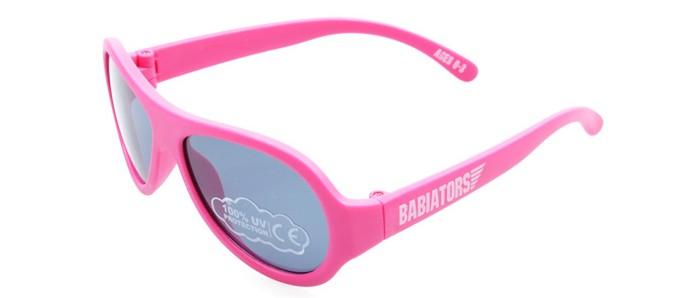 Солнцезащитные очки Babiators 0-3 года0-3 годаBabiators Солнцезащитные очки со 100% защитой от вредного УФ. Особенность дизайна объясняется тем, что он был разработан настоящим военным лётчиком. Главная же фишка в том, что малыш их не сломает (душки можно гнуть и вертеть!). У многих голливудских звёздных малышей именно эти очки (и это не платный рекламный трюк).  Особенности: Невероятно прочны - гибкая резиновая оправа возвращается в норму после того, как её изогнут, скрутят или сядут сверху! Дизайн, созданный военным летчиком, сделает ребёнка неотразимым и модным! Прочная, гибкая и стильная оправа 100% защита глаз малыша от UV-излучения<br>