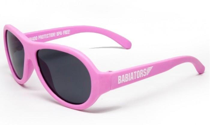 Солнцезащитные очки Babiators 0-2 года0-2 годаBabiators Солнцезащитные очки со 100% защитой от вредного УФ. Особенность дизайна объясняется тем, что он был разработан настоящим военным лётчиком. Главная же фишка в том, что малыш их не сломает (дужки можно гнуть и вертеть!). У многих голливудских звёздных малышей именно эти очки (и это не платный рекламный трюк).  Особенности: Невероятно прочны - гибкая резиновая оправа возвращается в норму после того, как её изогнут, скрутят или сядут сверху! Дизайн, созданный военным летчиком, сделает ребёнка неотразимым и модным! Прочная, гибкая и стильная оправа 100% защита глаз малыша от UV-излучения<br>