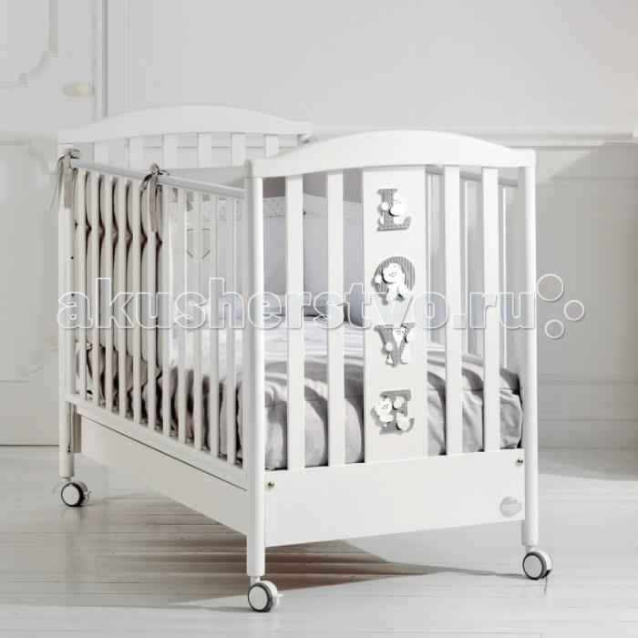 Детская кроватка Baby Expert Baby LoveBaby LoveИгривые мишки будут оберегать сон Вашего малыша, когда он будет спокойно отдыхать в своей удобной кроватке Baby Love. Простые обтекаемые формы, итальянская элегантность и очарование слились воедино в кроватке Baby Love.  Спокойные тона кроватки добавят в интерьер еще больше света и наполнят ее уютом!  Контакт нежной кожи ребенка с идеально гладкой поверхностью элементов кроватки гарантировано безопасен. Вы можете не переживать за то, что ваш малыш захочет попробовать кроватку на вкус. Сертификат ISO 9001 подтверждает абсолютную безопасность материалов, использованных при окрашивании. Ортопедическая основа, состоящая из 15 буковых реек, обеспечит правильное положение спины вашего малыша. Кроватка фиксируется на месте с помощью тормозов, расположенных на самоориентирующихся колесиках. Дно кроватки регулируется по высоте и имеет два положения. Высота боковых ограждений соответствует европейским стандартам и составляет более 60 см. Планки бортиков расположены на расстоянии 4-7 см друг от друга – так что, ножка, ручка и голова ребенка никогда не застрянет в них.   Функциональные характеристики: 15 буковых планок в ортопедической основе кроватки обеспечат правильное положение спины малыша Два положения (уровня) дна: верхнее - для первых месяцев жизни, нижнее - для малыша от 6 мес Легкая сборка без инструментов с системой Easy Fix  Высота боковых ограждений не менее 60 см, что соответствует европейским требованиям безопасности. Ограждения легко регулируются по высоте - это можно выполнить одной рукой, не прилагая никаких усилий. Четыре самоориентирующихся резиновых колесика с 2 стопорами  Каркас из цельного куска древесины Возможность установить качалку (приобретается отдельно) Подкроватный ящик (с защитой от выпадения) Расстояние между планками не более 7 сантиметров, чтобы ножки или голова ребёнка не застряли между ними. Материалы: бук, ДСП.   Детская кроватка Baby Love изготовлена из натуральных материалов и покрыта краской