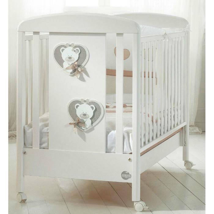 Детская кроватка Baby Expert Bon Bon DuettoДетские кроватки<br>Детская кроватка Baby Expert Bon Bon Duetto обладает нежным дизайном, безупречным итальянским стилем и высоким качеством.  Особенности: Ортопедическое дно из буковых реек формирует правильное положение спины малыша  Два положения дна кроватки Легкая сборка без инструментов (система Easy Fix) Боковые ограждения регулируются по высоте  Высота боковых ограждений не менее 60 см, что соответствует европейским требованиям безопасности  Четыре резиновых колесика с 2 стопорами  Возможность установить качалку  Подкроватный ящик в комплекте  Расстояние между планками не более 7 сантиметров – ручки, ножки и голова ребенка не застрянут в промежутках  Сертификат ISO 9001 гарантирует безопасность и не токсичность материалов, используемых при создании кроватки  Материалы: Массив бука, ДСП, краски  на водной основе  Декор: объёмная аппликация из ДСП.