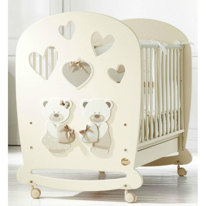 Детская кроватка Baby Expert Bon BonBon BonДетская кроватка Baby Expert Bon Bon выполнена в классическом стиле. Простые формы, нейтральные пастельные цвета, простой, без вычурности декор - всё это делает мебель универсальной базой для интерьера детской комнаты.  Особенности: Ортопедическое дно из буковых реек формирует правильное положение спины малыша  Два положения дна кроватки Легкая сборка без инструментов (система Easy Fix) Боковые ограждения регулируются по высоте  Высота боковых ограждений не менее 60 см, что соответствует европейским требованиям безопасности  Четыре резиновых колесика с 2 стопорами  Возможность установить качалку  Подкроватный ящик в комплекте  Расстояние между планками не более 7 сантиметров – ручки, ножки и голова ребенка не застрянут в промежутках  Сертификат ISO 9001 гарантирует безопасность и не токсичность материалов, используемых при создании кроватки  Материалы: Массив бука, ДСП, краски  на водной основе  Декор: объёмная аппликация из ДСП .<br>