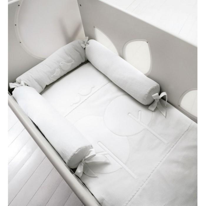 Комплект в кроватку Baby Expert Bosco для детской кроватки с окошечками (4 предмета)Bosco для детской кроватки с окошечками (4 предмета)Комплект в кроватку Baby Expert Bosco для детской кроватки с окошечками (4 предмета) - гармоничное сочетание стиля и нежности, которые создадут для вашего малыша уютную атмосферу, наполненную теплом и нежностью.   Для создания подходящих текстильных материалов, leBeb&#233; by Baby Expert было выбрано название Diamante (Бриллиант), именно то название, которое сможет подчеркнуть все достоинства эксклюзивного полотна, на 100% состоящего из натурального хлопка высшей категории.  Уникальной характеристикой данного материала является, так называемый, эффект сияния, достигаемый при помощи особенной обработки. Тонкая вышивка с набивными аппликациями придаёт элегантность и аристократизм всей коллекции.  В комплекте: стеганое одеяло пододеяльник наволочка цилиндрические бортики.<br>