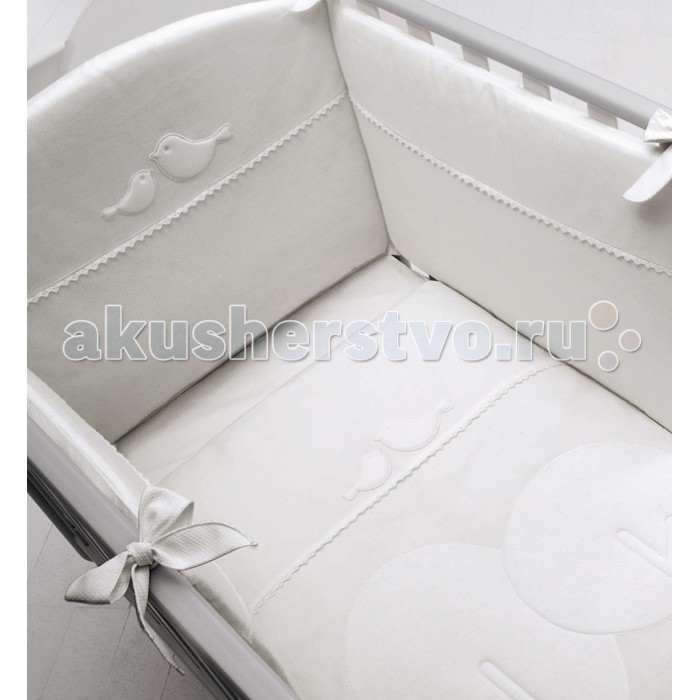 Комплект в кроватку Baby Expert Bosco для детской кроватки с реечными бортиками (4 предмета)Bosco для детской кроватки с реечными бортиками (4 предмета)Комплект в кроватку Baby Expert Bosco для детской кроватки с реечными бортиками (4 предмета) - гармоничное сочетание стиля и нежности, которые создадут для вашего малыша уютную атмосферу, наполненную теплом и нежностью.   Для создания подходящих текстильных материалов, leBeb&#233; by Baby Expert было выбрано название Diamante (Бриллиант), именно то название, которое сможет подчеркнуть все достоинства эксклюзивного полотна, на 100% состоящего из натурального хлопка высшей категории.  Уникальной характеристикой данного материала является, так называемый, эффект сияния, достигаемый при помощи особенной обработки. Тонкая вышивка с набивными аппликациями придаёт элегантность и аристократизм всей коллекции.  В комплекте: одеяло пододеяльник наволочка бампер на лентах.<br>