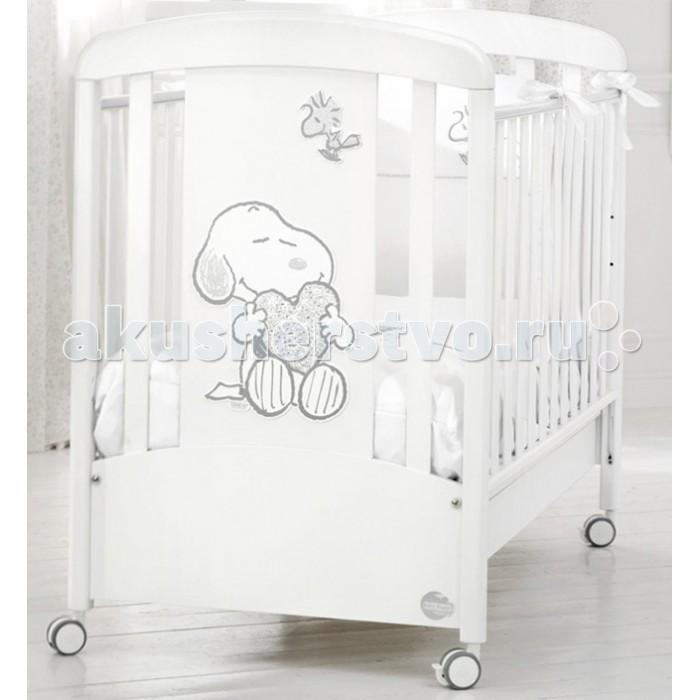 Детская кроватка Baby Expert SnoopySnoopyДетская кроватка Baby Expert Snoopy создана в лучших традициях мебели - светлые тона, сияющие кристаллы Swarovski,  аппликации и изящные обтекаемые формы.   Первые месяцы жизни ребенок проводит много времени в своей кроватке – именно здесь начинается познание мира. Кроватка Snoopy создана таким образом, чтобы малышу было комфортно и безопасно в ней.   Ортопедическая основа кроватки из буковых реек поддерживает спинку малыша и способствует формированию правильной осанки. Непослушные ножки и ручки никогда не застрянут в решетке кроватки, так как расстояние между планками составляет от 4 до 7 см. Кроватка передвигается на колесиках, и может быть зафиксирована стопорами в неподвижном положении, также она может быть переведена в режим качалки (качалка приобретается отдельно). Модель Snoopy сделана из натуральных и безопасных для вашего малыша материалов, что подтверждено соответствующими сертификатами.  Особенности: ортопедическая основа из 15 буковых реек формирует правильную осанку с первых дней жизни два положения дна кроватки: для младенца с первых дней жизни и для малыша от полугода регулирующиеся по высоте боковые ограждения, высота которых составляет не менее 60 см, что соответствует европейским нормам безопасности для детской мебели четыре колесика со стопорами возможна установка качалки (приобретается отдельно) расстояние между планками боковых ограждений – от 4 до 7 см подкроватный ящик в комплекте; система Easy Fix: кроватка лего собирается без использования инструментов сертификат ISO 9001: при окрашивании использовалась специальная краска на водной основе – гипоаллергенная и нетоксичная материалы: каркас - МДФ, боковины - бук, гипоаллергенные краски.<br>