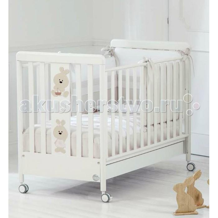 Детская кроватка Baby Expert Trotto&amp;LinaTrotto&amp;LinaДетская кроватка Baby Expert Trotto&Lina - делает детскую комнату стильной, веселой и непосредственной!   Кроватка украшена забавными аппликациями зайчат.   Реечные фасады кроватки максимально обеспечивают воздухообмен с внешней средой комнаты.  Особенности: Ортопедическое дно из буковых реек формирует правильное положение спины малыша Два положения дна кроватки Легкая сборка без инструментов с системой Easy Fix  Боковые ограждения регулируются по высоте  Высота боковых ограждений не менее 60 см, что соответствует европейским требованиям безопасности Четыре резиновых колесика с 2 стопорами  Возможность установить качалку  Большой ящик для хранения игрушек и одежды. Для большей прочности он разделен на две части, оснащен металлическими направляющими с первоклассным скольжением и блокировкой во избежание невольного выпадения.  Расстояние между планками не более 7 сантиметров – ручки, ножки и голова ребенка не застрянут в промежутках Кроватка окрашена безопасными красками на водной основе  Сертификат ISO 9001 гарантирует безопасность и не токсичность материалов, используемых при создании кроватки  Материалы: Массив бука, ДСП, краски  на водной основе  Декор: объёмная аппликация из ДСП.<br>