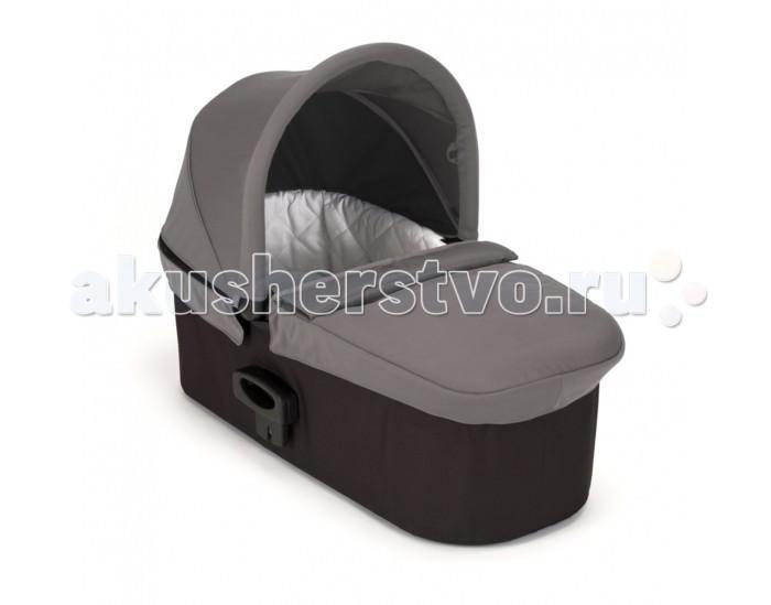 Люлька Baby Jogger Deluxe PramDeluxe PramЛюлька Baby Jogger Deluxe Pram - это мягкое и комфортное место для отдыха новорожденного с роскошной стеганой обивкой внутри.  Особенности: Люлька с большим вентилируемым капором с уровнем защиты от ультрафиолета 50+, с дополнительным регулируемым козырьком от солнца и защитой от ветра и пыли. Плюшевый матрасик имеет съёмный наматрасник с возможность машинной стирки. В летние месяцы в люльке не душно благодаря вентиляционным отверстиям в её основании.  В комплекте идут адаптеры для крепления люльки в раме, которые могут также использоваться в качестве адаптеров для автокресел группы 0+ фирмы Britax. Эта люлька подходит к следующим моделям колясок Baby Jogger: city mini gt, city premier, city select, city select lux, summit x3 Комплектация: Люлька Матрасик Накидка Инструкция<br>