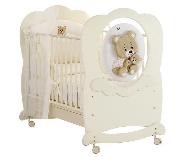 Детская кроватка Baby Expert Abbracci by Trudi качалкаAbbracci by Trudi качалкаДетская кроватка Baby Expert Abbracci by Trudi качалка разработала уникальное решение для детской, сочетающее уют и элегантность. Теперь все предметы комнаты малыша – от кроватки до мягкого одеяльца – будут украшены очарованием и добротой медвежонка Trudi.   Медвежонок выполнен из мягкого плюша, который легко отстегивается от мебели и стирается. Мягкая игрушка и нежные кремовые или белоснежные тона мебели придают детской непревзойденное очарование и нежность, которые сопровождают малыша в мир безмятежного сна.   Коллекция дополнена текстильными фирменными аксессуарами: постельное белье, гобелен на стену, мягкое кресло, абажур. Как и вся мебель от Baby Expert, коллекция Trudi выполнена из экологически чистых материалов с соблюдением строгих требований безопасности.  Особенности: изготовлена из экологически чистых материалов 2 уровня высоты подматрасника декоративный элемент: плюшевый мишка Trudi кроватка покрашена краской на водной основе каркас кроватки сделан из цельной древесины - бук все материалы, которые используются при изготовлении кроватки, гипоаллергенны ножки кроватки оборудованы резиновыми съёмными колёсиками, со стояночным тормозом с кроваткой поставляются полозья-качалки для того, чтобы ребёнка было удобно укачивать борта кроватки легко регулируются по высоте и их можно поднимать и опускать одной рукой монтаж кроватки очень прост за счет Easy Fix, системы упрощенного монтажа без применения инструментов расстояние между планками составляет от 4 до 7 см для того, чтобы не позволять ребенку застревать между ними ногами, руками или головой  Детская кроватка Baby Expert Abbracci By Trudi (Абраччи бай Труди) украшена медвежонком Trudi, выполненного из мягкого плюша. Медвежонок крепится на липучке, его легко снять и чистить, в случае необходимости.<br>