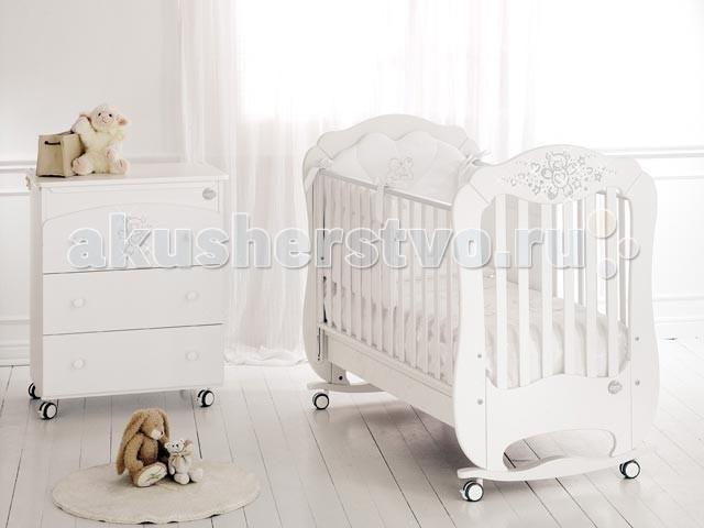 Детская кроватка Baby Expert DiamanteDiamanteДетская кроватка Baby Expert Diamante, украшенная стразами CRYSTALLIZEDtm - Swarovski Elements. Борта кроватки легко регулируются по высоте и их можно поднимать и опускать одной рукой.  Детская кроватка снабжена четырьмя проворачивающимися резиновыми колесами и двумя тормозами, которые позволяют передвигать и блокировать кроватку Baby Expert Diamante в любом положении в полной безопасности. При изготовлении baby expert кроватки используются краски на водной основе, гипоаллергенные и нетоксичные, гарантирующие однородное и прочное покрытие, усиливающие природные качества дерева.  Края кроватки покрыты нетоксичными оболочками, которые гарантируют максимальную безопасность ребенку, в случае соприкосновения со ртом, и в то же время защищают кроватку baby expert от царапин. Края кроватки Baby Expert раздвижные и выше 60 см, как предусмотрено европейскими нормативными требованиями.  Сетка, сделанная в соответствии с европейскими нормативными требованиями, с планками из букового дерева, гарантирует ребенку правильное положение и соответствующую опору для позвоночника во время сна.  Ее можно установить в двух положениях:  верхнее - для первых месяцев жизни нижнее - для последующих этапов роста.<br>