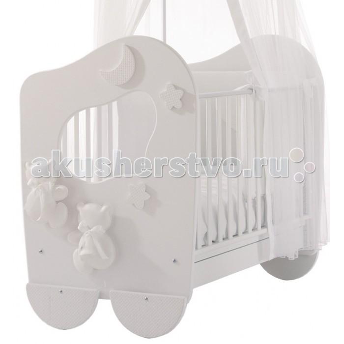 Детская кроватка Baby Expert Dieci LuneDieci LuneДетская кроватка Dieci Lune  впечатляет своим дизайном и качеством. Модель выполнена в белом цвете – в соответствии с современными тенденциями интерьерного дизайна. Кроватку украшают белые медвежата, выполненные из искусственной кожи.  Характеристики Baby Expert Dieci Lune - два положения ножек кроватки – для укачивания и для фиксации в неподвижном положении; - особый механизм качалки – для мягкого и нежного укачивания, сходного с укачиванием на руках; - используемые для изготовления кроватки материалы безопасны для здоровья ребенка, что подтверждено сертификатом ISO 9001; - комфортное и правильное положение спинки малыша обеспечит основа из буковых реек; - высота боковых ограждений более 60 см, что соответствует европейским нормам безопасности; - расстояние между планками боковых ограждений менее семи сантиметров, что не позволит малышу застрять в промежутках между рейками; - подкроватный ящик; - балдахин и крепление к нему приобретаются дополнительно; - Easy Fix: легкая система сборки без применения инструментов.  Размеры: 115 x 82 x136,5 см.<br>