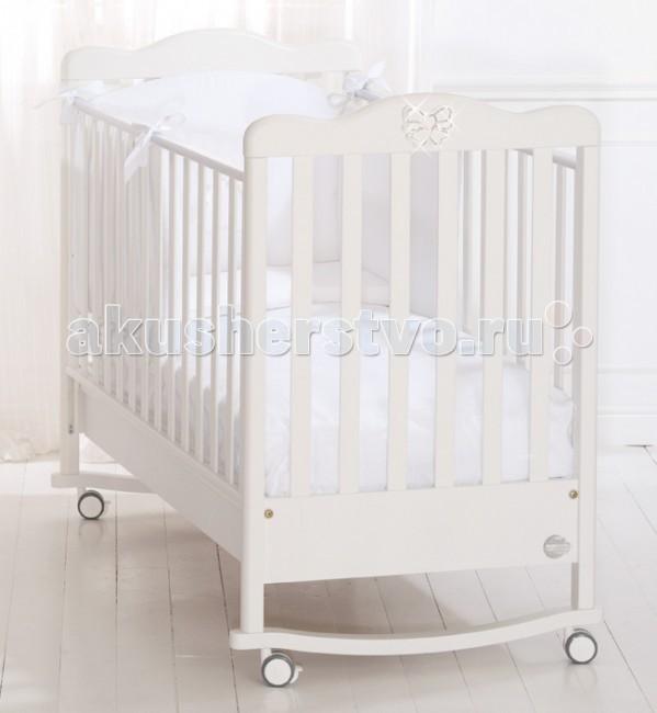 Детская кроватка Baby Expert FioccoFioccoДетская кровать Fiocco от Baby Expert - итальянский стиль и качество!   Контакт нежной кожи ребенка с идеально гладкой поверхностью элементов кроватки гарантировано безопасен. Вы можете не переживать за то, что ваш малыш захочет попробовать кроватку на вкус. Сертификат ISO 9001 подтверждает абсолютную безопасность материалов, использованных при окрашивании. Ортопедическая основа, состоящая из 15 буковых реек, обеспечит правильное положение спины вашего малыша. Кроватка фиксируется на месте с помощью тормозов, расположенных на самоориентирующихся колесиках. Дно кроватки регулируется по высоте и имеет два положения. Высота боковых ограждений соответствует европейским стандартам и составляет более 60 см. Планки бортиков расположены на расстоянии 4-7 см друг от друга – так что, ножка, ручка и голова ребенка никогда не застрянет в них.   Функциональные характеристики: 15 буковых планок в ортопедической основе кроватки обеспечат правильное положение спины малыша Два положения (уровня) дна: верхнее - для первых месяцев жизни, нижнее - для малыша от 6 мес Легкая сборка без инструментов с системой Easy Fix  Высота боковых ограждений не менее 60 см, что соответствует европейским требованиям безопасности. Ограждения легко регулируются по высоте - это можно выполнить одной рукой, не прилагая никаких усилий. Четыре самоориентирующихся резиновых колесика с 2 стопорами  Каркас из цельного куска древесины Возможность установить качалку (приобретается отдельно) Подкроватный ящик (с защитой от выпадения) Расстояние между планками не более 7 сантиметров, чтобы ножки или голова ребёнка не застряли между ними. Декор нежные банты со стразами Swarovski  Материалы: бук, ДСП.   Детская кроватка Baby Expert изготовлена из натуральных материалов и покрыта краской на водной основе, которая не выделяет токсических веществ и абсолютно безопасна для малыша (сертификат ISO 9001)<br>