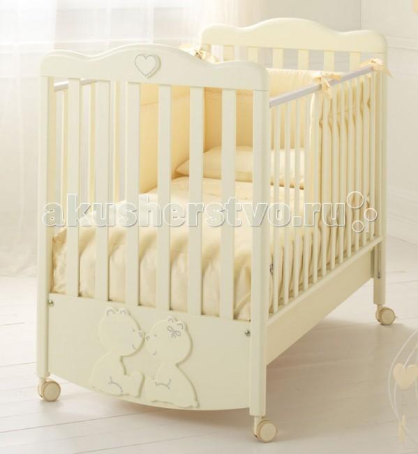 Детская кроватка Baby Expert Primo AmorePrimo AmoreДетская кроватка Baby Expert Primo Amore решена в классических цветах. Дизайнерское оформление с присутствующими в нем лирическими нотками очень подходит для спокойной по настроению и дизайну детской. Симпатичные медвежата, которые уютно расположились на фасаде кроватки, украшены кристаллами Swarovski. Кроватка создана с заботой о первых годах жизни ребенка и прекрасно подходит для создания уютной и умиротворяющей атмосферы в детской комнате.  Кроватка сделана из натурального бука и окрашена безопасной краской на водной основе, благодаря которой дерево не теряет своих полезных свойств. Ортопедический остов кроватки состоит из пятнадцати буковых реек, которые поддерживают спинку малыша в правильном положении. Кровать устанавливается на колесики, оснащенные надежными стопорами – вы можете легко перемещать кроватку по комнате или при необходимости зафиксировать в неподвижном положении. Кроватка также может выполнять функцию качалки, но для этого необходимо установить механизм качалки. Он приобретается дополнительно.  Функциональные характеристики: у кроватки два уровня подматрасника: верхнее положение предназначено для малыша с первых месяцев жизни, после полугода подматрасник опускается ниже рейки ограждений находятся друг от друга на расстоянии более четырех сантиметров, что не позволит малышу застрять в промежутках ортопедическое дно, сделанное из пятнадцати буковых реек, способствует формированию правильной осанки с первых дней жизни для создания модели применялись только натуральные материалы – они безопасны для вашего малыша поверхность кроватки окрашена безвредной краской, образованной в результате растворения смол в воде, а не в химических веществах боковые ограждения легко опускаются и поднимаются на нужную высоту четыре резиновых колесика, оснащенных надежными тормозами есть возможность монтажа качалки, которая приобретается дополнительно вместительный подкроватный ящик кровать собирается без инструментов, бл