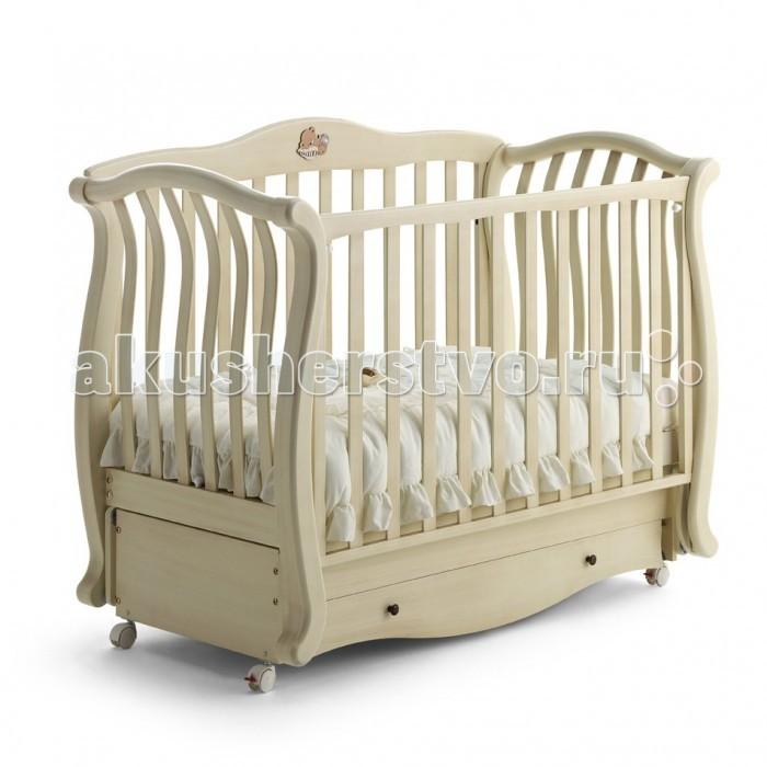 Детская кроватка Baby Italia Andrea Vip маятникAndrea Vip маятникДетская кроватка Baby Italia Andrea VIP маятник  удивит изысканным дизайном и функциональностью.   На кроватке расположена декоративная аппликация в виде спящего медвежонка, которая безусловно понравиться вашему малышу. Кроватка выполнена из экологически чистой и безопасной древесины – бук, кроме того он еще и покрыт нетоксичным лаком.   Функция качания кроватки осуществляется при помощи красиво изогнутых полозьев. Благодаря основанию, позвоночник малыша будет находиться в правильном положении во время сна, что чрезвычайно важно для правильного развития вашего ребенка. Правильно подобранное расстояние между планками боковин с одной стороны не мешает притоку воздуха, с другой стороны малыш не сможет засунуть между ними ручку или ножку. Одна из боковин опускается, что дает возможность ухаживать за малышом без напряжения спины мамы. Имеется ящик для вещей ребенка и других принадлежностей.   Маятниковый механизм качания позволит убаюкать малыша без приложения больших усилий. Вам достаточно просто задать темп качания и кроватка сама отправит вашего малыша в страну чудесных добрых снов.  Характеристика: высококачественный материал – массив бука покрытие с применением безопасных лаков маятниковый механизм качания уникальный элегантный дизайн<br>