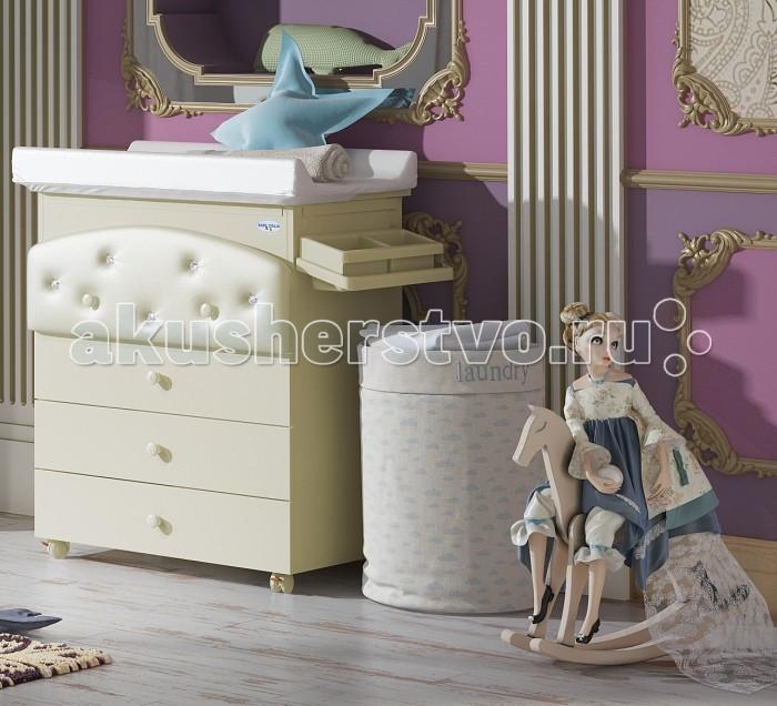Комод Baby Italia Baby Bath Pelle пеленальный (4 ящика)Baby Bath Pelle пеленальный (4 ящика)Комод Baby Italia Baby Bath Pelle пеленальный (4 ящика) - роскошный функциональный предмет мебели в детскую комнату. Выполнен из высококачественного, нетоксичного ДСП с тонированной поверхностью, цвета слоновой кости. Верхний ящичек красиво декорирован эко-кожей и кристаллами Swarovski, что придаст комнате еще большего шарма. Итальянские производители практично объединили в модели несколько функций: это и обычный комод для размещения детских вещичек, и пеленальный столик, а также практичная ванночка, предназначенные для умывания, смены подгузников и купания вашего ненаглядного малыша. В последующем аксессуары для купания и пеленания убираются и пеленальный комод превращается в обычную мебель.  Особенности комода: один из элементов серии Baby Bath от Baby Italia фигурный фасад верхнего ящичка четыре вместительных выдвижных ящика ящики двигаются по металлическим направляющим пеленальный матрасик съемный, фиксируется на комоде под верхней крышкой есть анатомическая ванночка предусмотрен слив для воды съемные ванночка и полочка для мыльных принадлежностей четыре прорезиненных колесика с фиксаторами<br>